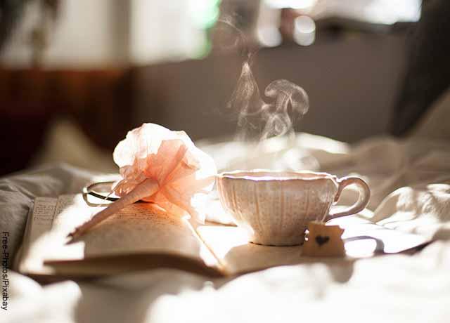 Foto de una taza de té caliente sobre un libro