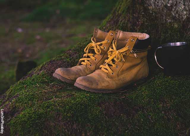 Foto de un par de botas sobre una piedra