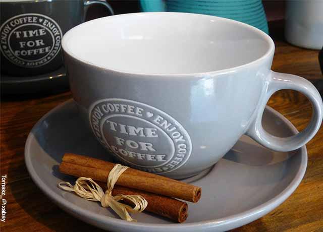 Foto de una taza de té que muestra para qué sirve la hoja de mango