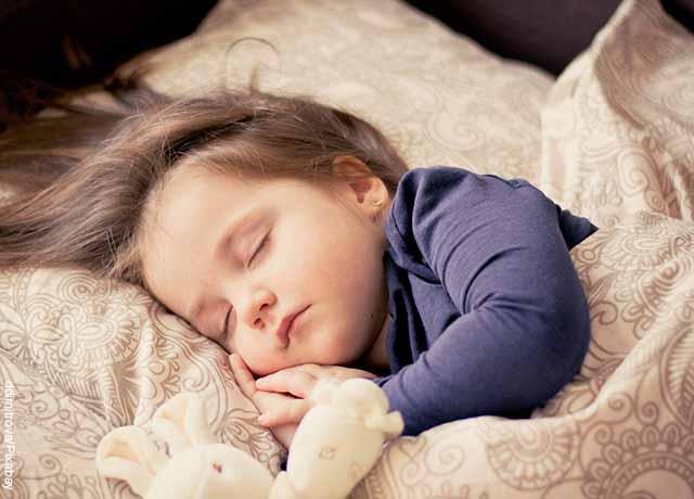 Foto de una niña durmiendo que muestra para qué sirve la valeriana en gotas