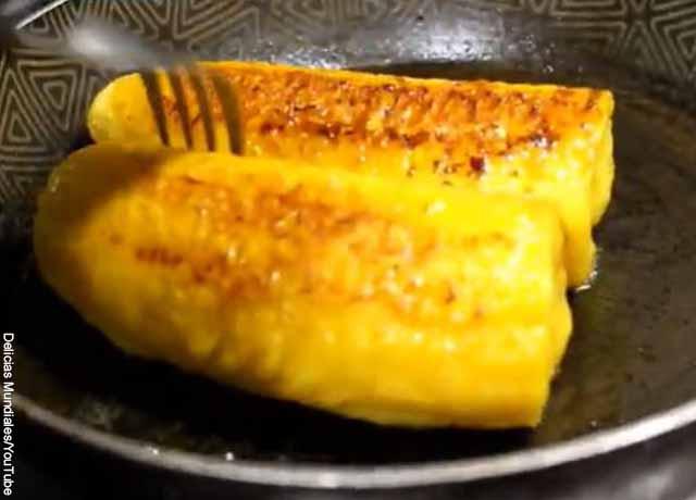 Foto de plátanos maduros fritando en una sartén