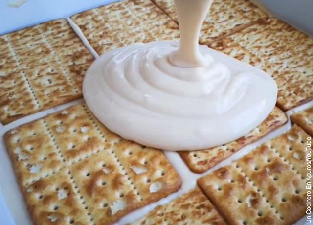 Foto de galletas con crema em una refractaria