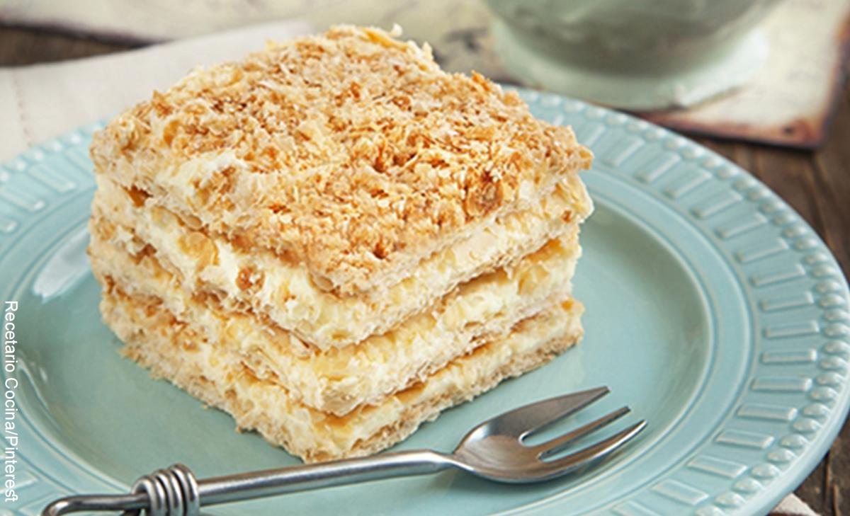 Foto de una porción de tarta que muestra el postre napoleón y su receta