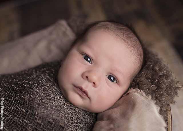 Foto del rostro de un niño que muestra qué significa soñar con un bebé recién nacido