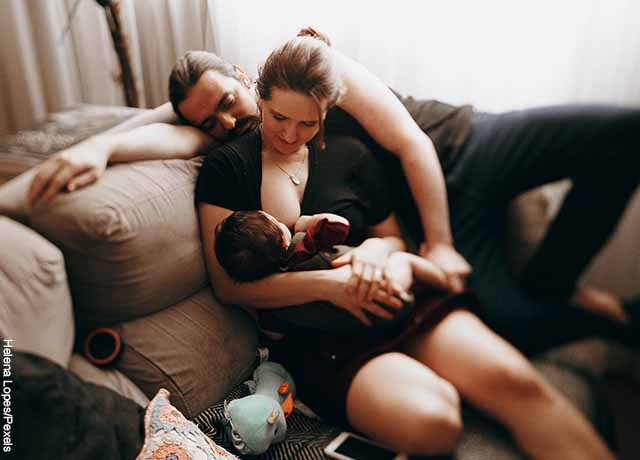 Foto de una mujer amamantando que muestra qué significa soñar con un bebé recién nacido