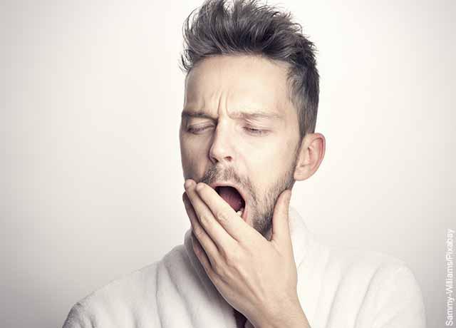 Foto de un hombre bostezando