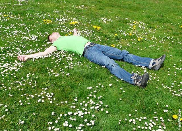 Foto de un hombre acostado en el pasto