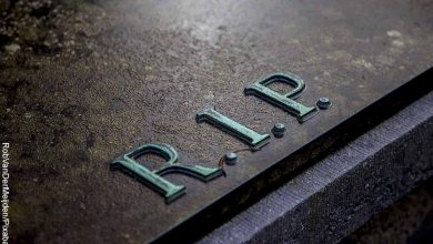 Foto de un ataúd que revela qué significa soñar que alguien se muere pero está vivo