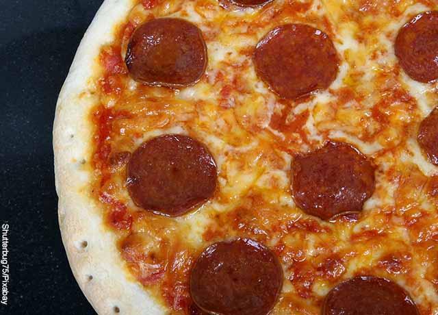 Foto de una pizza de queso y pepperoni