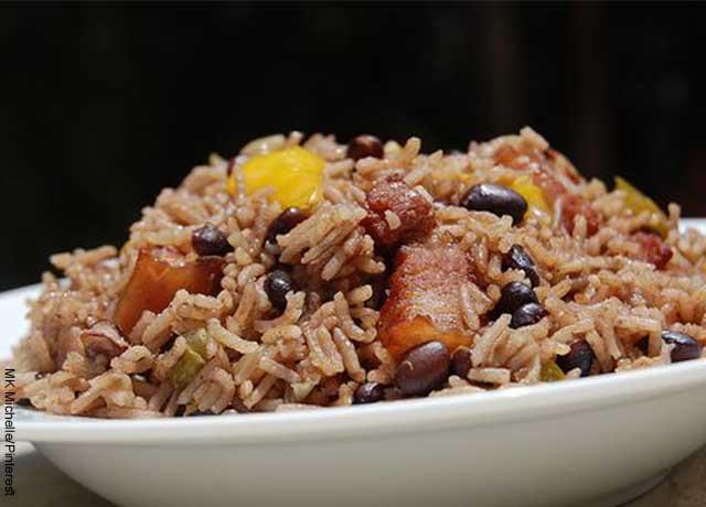 Foto de arroz congri cubano en un plato blanco