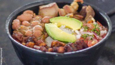 Foto de un bol con bandeja paisa que muestra las recetas de cocina colombiana