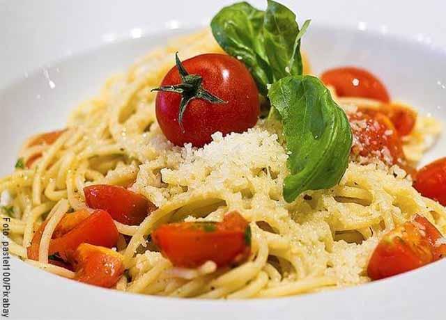 Foto de pasta con tomates, queso y lechuga