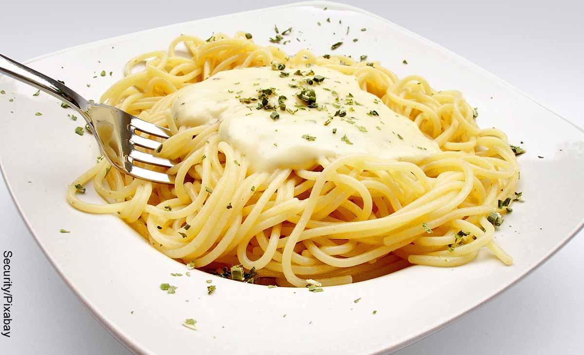 Foto de un plato de pasta con salsa que muestra las recetas de espaguetis