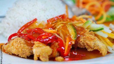 Foto de pollo apanado con vegetales que revela las recetas de pollo en salsa