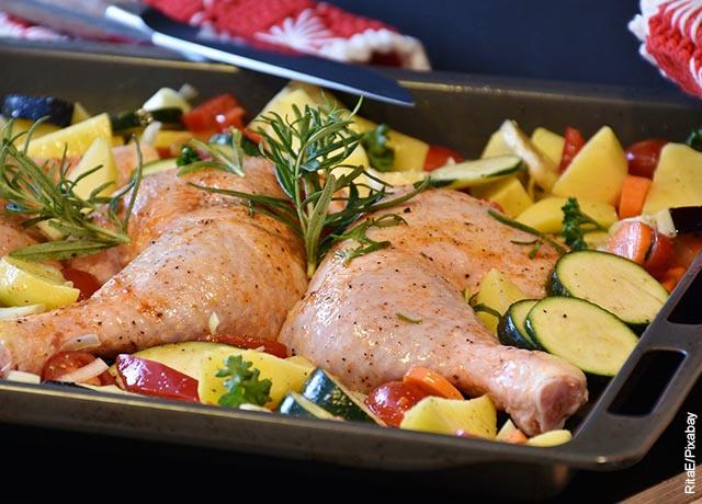 Foto de piernas y perniles de pollo con verduras