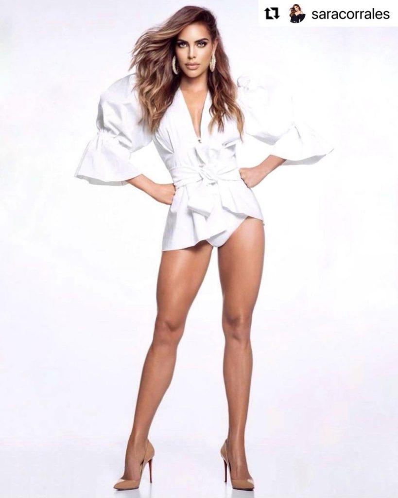 Sara Corrales presumiendo sus espectaculares piernas en sexy outfit.