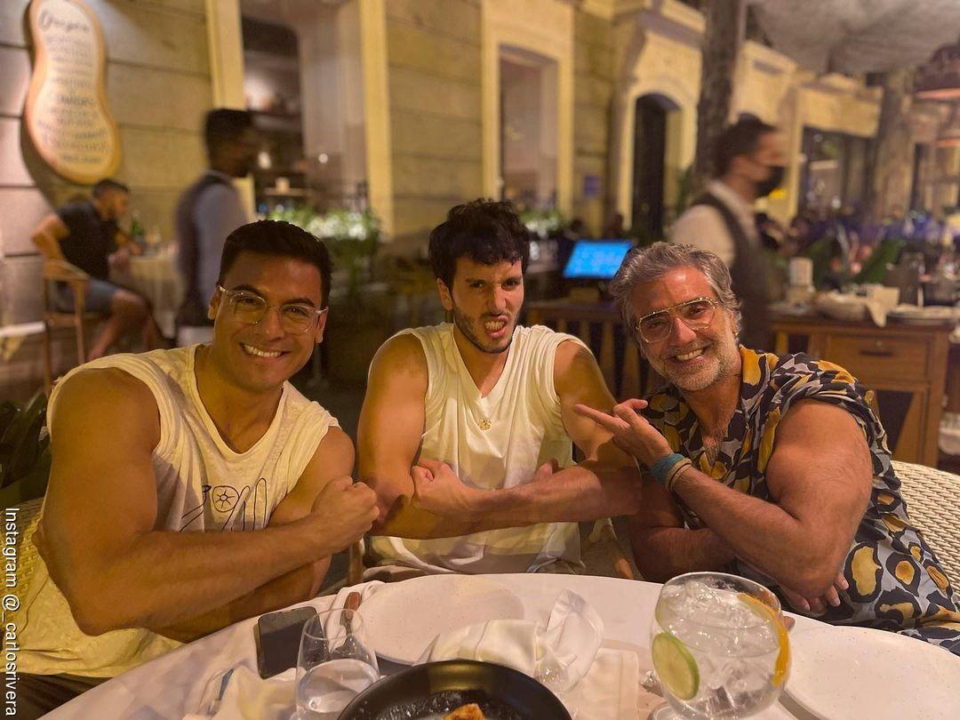 Foto de Sebastián Yatra, Carlos Rivera y Alejandro Fernández luciendo sus musculos