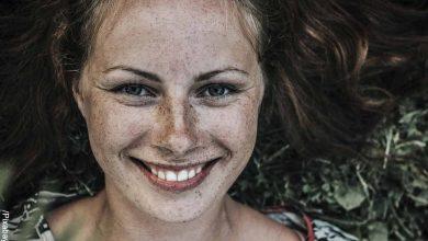 Foto de una mujer sonriendo que revela el significado de resiliencia