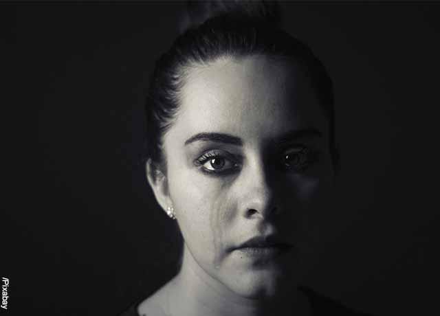 Foto a blanco y negro de una mujer llorando