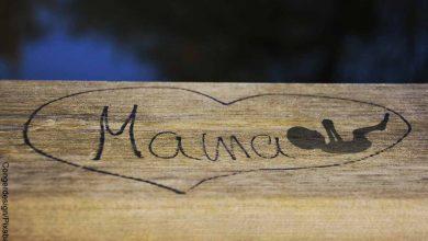 Foto de una tabla de madera con la inscripción mamá que revela lo que es soñar con aborto