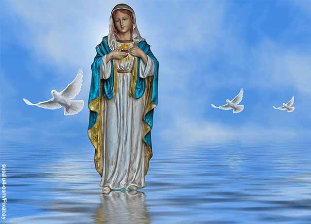Foto de una ilustración de la virgen sobre el agua con palomas blancas