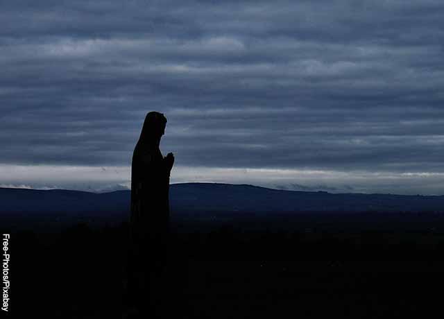 Foto de la silueta de la virgen sobre el cielo