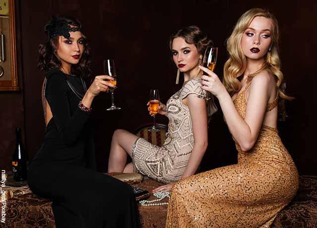 Foto de tres jóvenes con trajes de gala que muestra lo que es soñar con mujeres