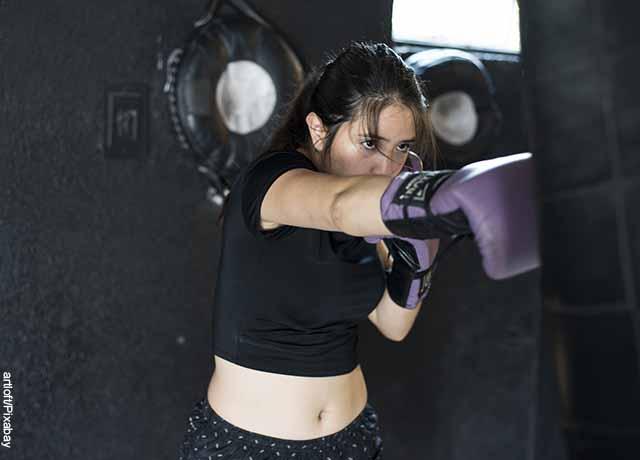 Foto de una mujer boxeando