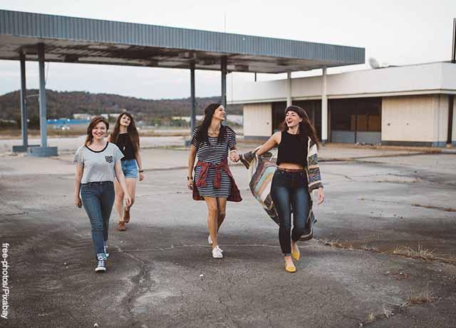 Foto de un grupo de amigas caminando y riendo