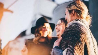 Foto de tres chicas sonriendo que revela lo que es soñar con mujeres