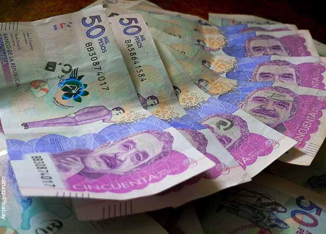 Foto de varios billetes de 50 mil pesos colombianos