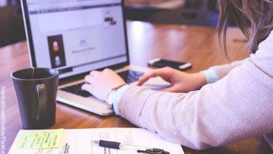 Foto de una mujer escribiendo en su computador que muestra lo que es soñar con trabajo