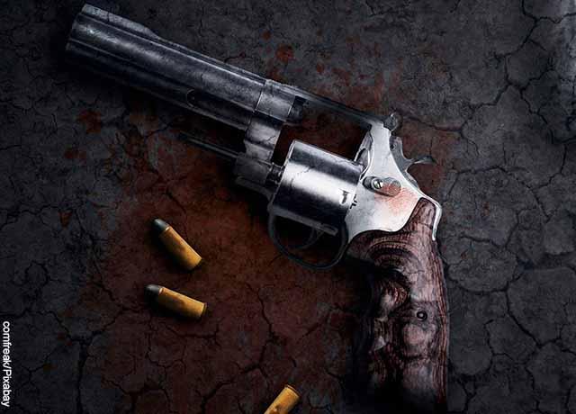 Foto de un revolver con varias balas