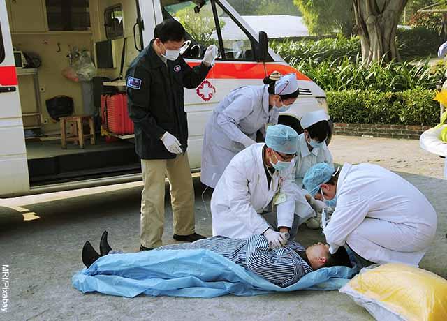 Foto de una persona atendida por paramédicos que muestra lo que es soñar que me disparan