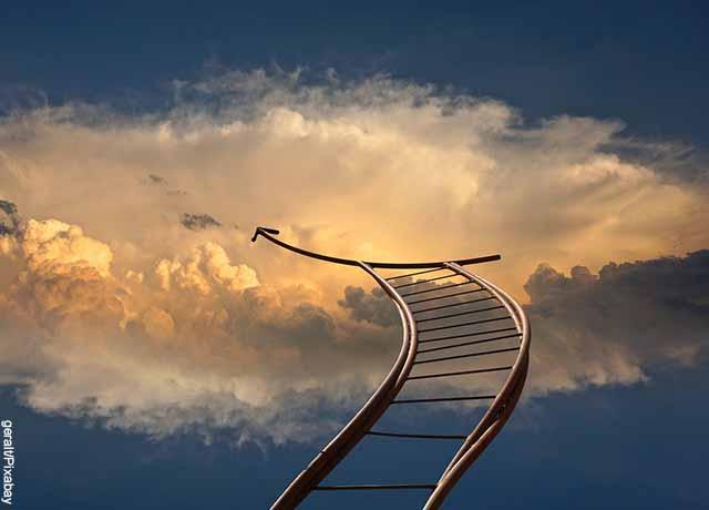 Foto de una escalera que va al cielo