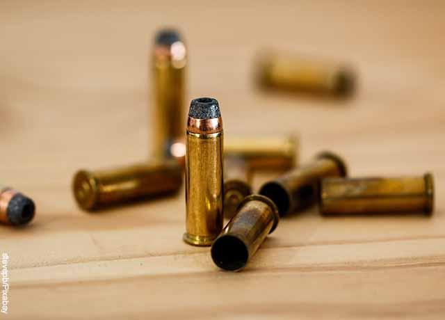 Foto de balas encima de una mesa de madera
