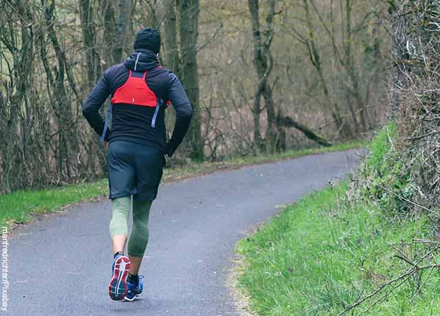 Foto de una persona corriendo en un parque