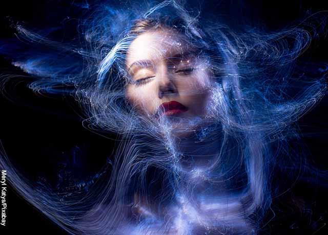 Fotomontaje de la cara de una mujer con el universo