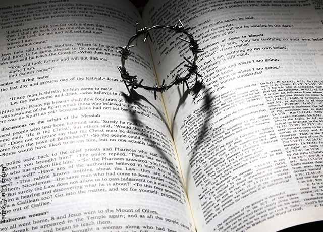 Foto d euna biblia abierta con una corona de espinas