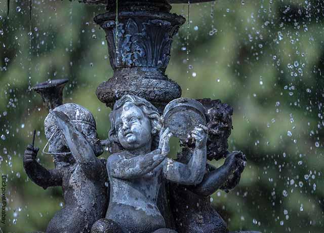 Foto de una fuente con ángeles de piedra que revela lo que es 111 en lo espiritual
