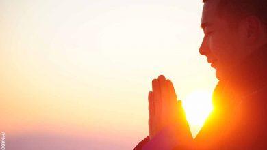 Foto de una persona meditando al atardecer que revela lo que es 111 en lo espiritual