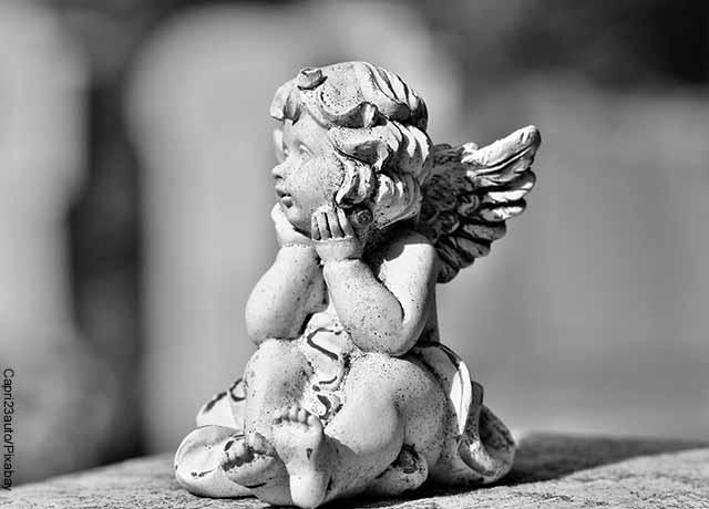Foto de la estatua de un ángel que muestra el 4444 y su significado espiritual