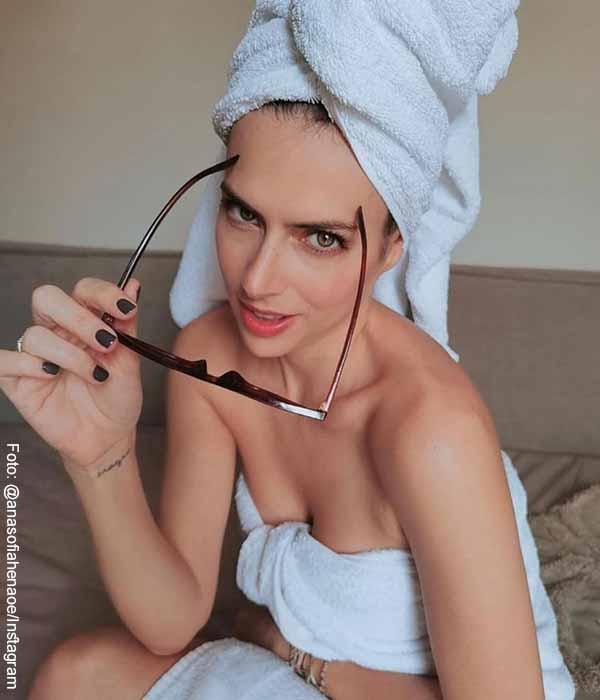 A Ana Sofía Henao no le pasan los años, ¡posó en toalla y wow!