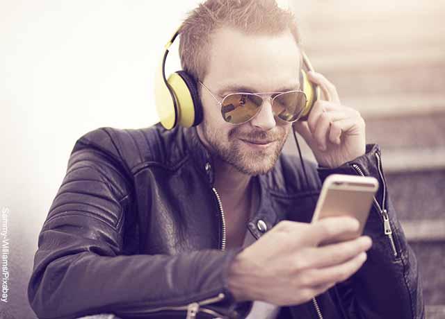 Foto de un hombre escuchando música que muestra aplicaciones para ver películas gratis