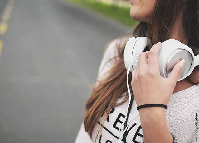 Foto de una mujer con audífonos en su cuello