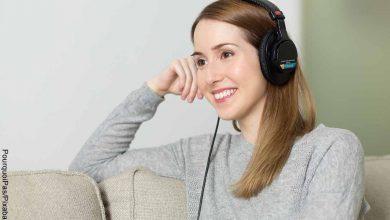 Foto de una mujer escuchando música con audífonos que muestra las canciones para dedicar en inglés