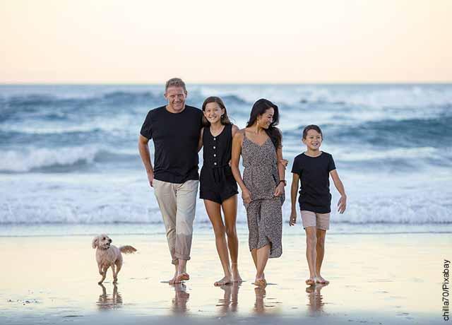Foto de una familia caminando por la playa