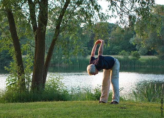 Foto de un adulto mayor haciendo ejercicio en el parque