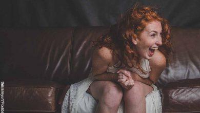 Foto de una mujer sentada riendo que muestra cómo cuidar la salud mental