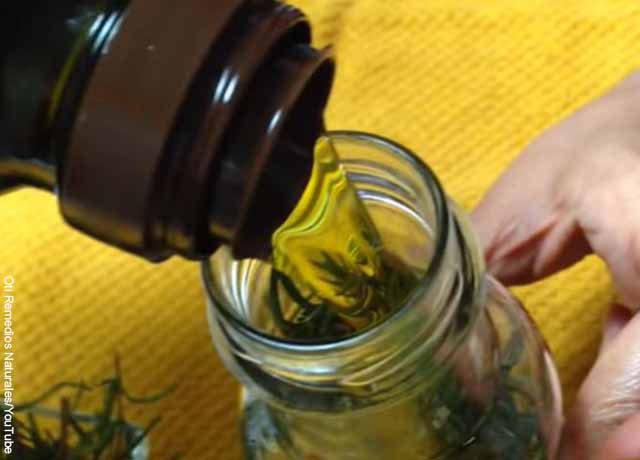 Foto de aceite cayendo a una botella de vidrio